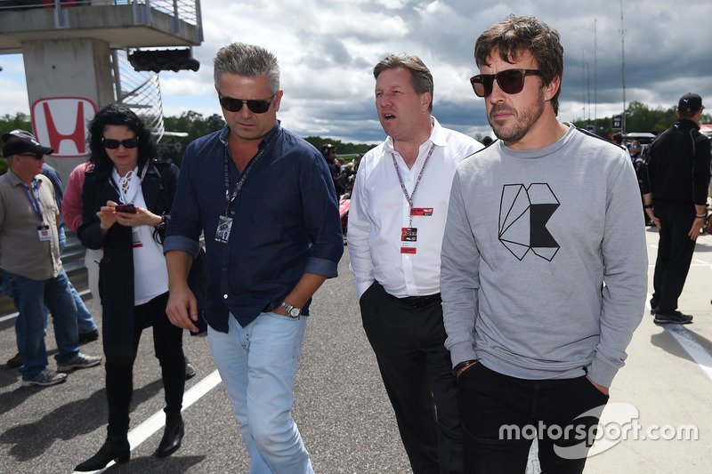 Gil de Ferran, Zak Brown, McLaren CEO, Fernando Alonso, grid