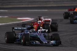 Valtteri Bottas, Mercedes F1 W08, Sebastian Vettel, Ferrari SF70H