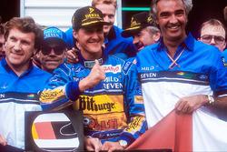 Weltmeister Michael Schumacher mit Tom Walkinshaw und Flavio Briatore