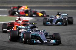 Valtteri Bottas, Mercedes AMG F1 W08, lidera a Sebastian Vettel, Ferrari SF70H, y Lewis Hamilton, Me