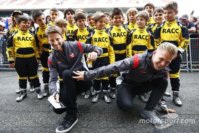 Гонщики Haas F1 Ромен Грожан и Кевин Магнуссен с группой юных картингистов