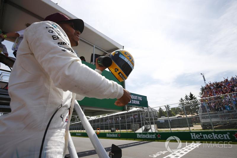 Lewis Hamilton com o casco de Ayrton Senna em Interlagos
