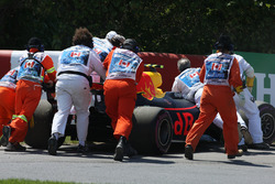 Эвакуация сломанного Red Bull Racing RB13 Макса Ферстаппена