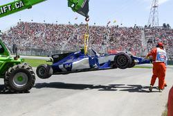 La monoposto di Pascal Wehrlein, Sauber C36 viene recuperata dopo l'incidente in Q1