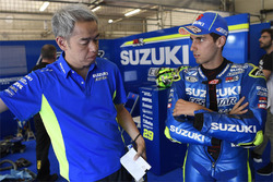 Alex Rins, Team Suzuki MotoGP, mit Shinichi Sahara, Suzuki-Projektleiter
