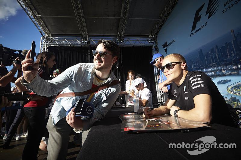 Valtteri Bottas, Mercedes AMG F1, con un fan