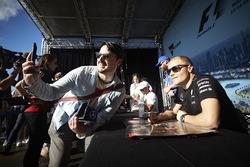 Valtteri Bottas, Mercedes AMG F1, pose pour une photo avec un fan
