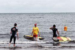 Daniil Kvyat, Scuderia Toro Rosso et Carlos Sainz Jr., Scuderia Toro Rosso à St Kilda Beach avec le St Kilda Lifesaving Club