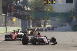 Esteban Ocon, Sahara Force India F1 VJM10, Kimi Raikkonen, Ferrari SF70H