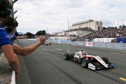 race winner Jehan Daruvala, Carlin, Dallara F317 - Volkswagen