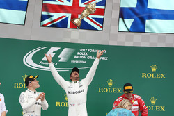 Race winner Lewis Hamilton, Mercedes AMG F1 throws his trophy in the air