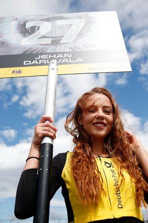 La grid girl di Jehan Daruvala, Carlin, Dallara F317 - Volkswagen