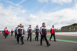 Kamui Kobayashi, Toyota Gazoo Racing con il team durante il track walk