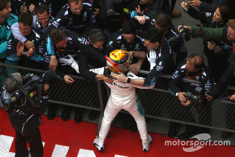 Lewis Hamilton, Mercedes AMG, feier im Parc Ferme mit dem Team