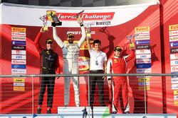 Podium: ganador, Cooper MacNeil, segundo, Martin Fuentes, tercero, Wei Lu