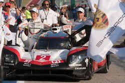 Победители, экипаж №2 команды Porsche Team, Porsche 919 Hybrid: Брендон Хартли, Эрл Бамбер, Тимо Бер