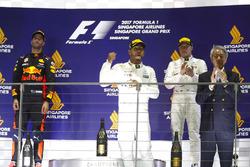 Temporada 2017 F1-singapore-gp-2017-podium-race-winner-lewis-hamilton-mercedes-amg-f1-second-place-daniel