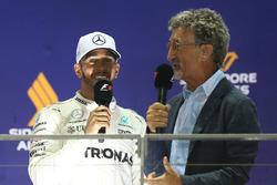 Podio: il vincitore della gara Lewis Hamilton, Mercedes AMG F1, Eddie Jordan, Channel 4 F1 TV