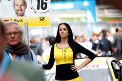 Grid girl van Timo Glock, BMW Team RMG, BMW M4 DTM