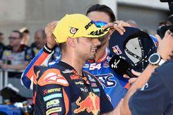 Mattia Pasini mette a Miguel Oliveira il cappellino del 1° classificato
