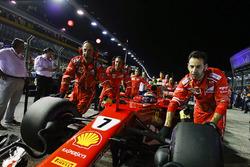 Kimi Raikkonen, Ferrari SF70H, wird in die Startaufstellung geschoben