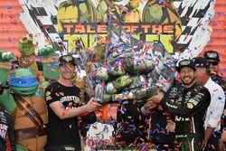 Коул Пирн и Мартин Труэкс-мл., Furniture Row Racing Toyota празднуют победу в гонке