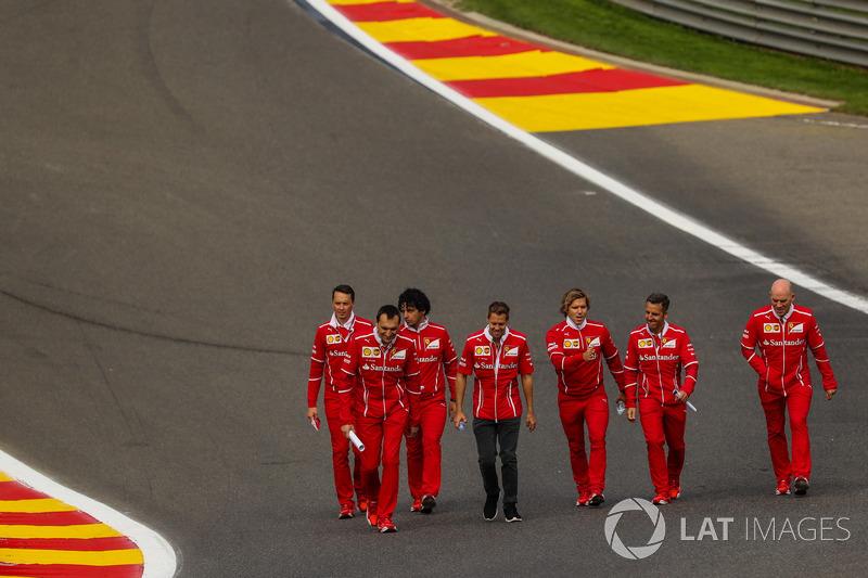 Sebastian Vettel, Ferrari cammina lungo il circuito con Riccardo Adami, ingegnere di pista Ferrari, Jock Clear, Chief Engineer Ferrari, il personal trainer Antti Kontsas, e il team