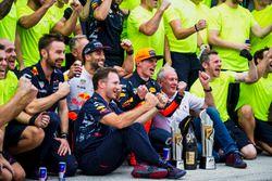 Гонщики Red Bull Racing Макс Ферстаппен и Даниэль Риккардо празднуют победу вместе с командой Red Bu