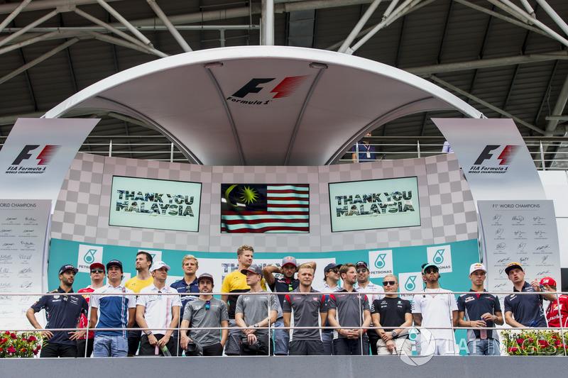 Para pembalap di podium