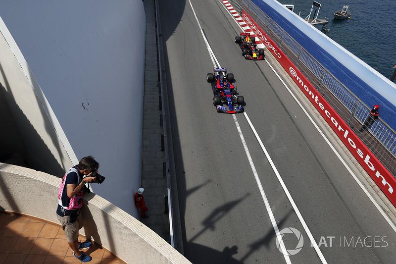 Fotógrafo toma a Carlos Sainz Jr., Scuderia Toro Rosso STR12 y Daniel Ricciardo, Red Bull Racing RB13
