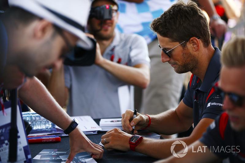 Romain Grosjean, Haas F1 Team, Kevin Magnussen, Haas F1 Team, firmano autografi per i fan