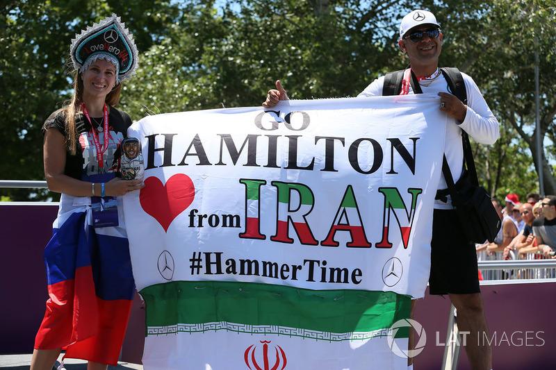 Fan con bandiera Lewis Hamilton, Mercedes AMG F1