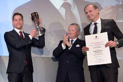 Porsche Cup 2017: il vincitore Robert Renauer, Dr. Wolfgang Porsche, Presidente del Consiglio di Sor