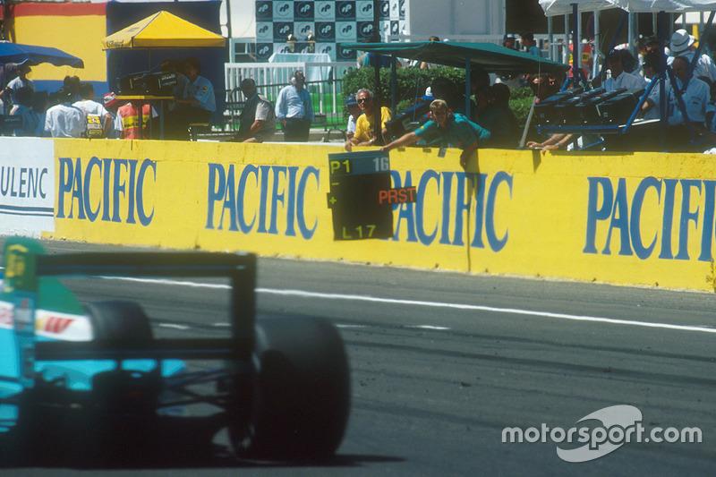 Ivan Capelli, Leyton House CG901 Judd passe devant son stand, qui lui informe qu'il mène devant Alain Prost.