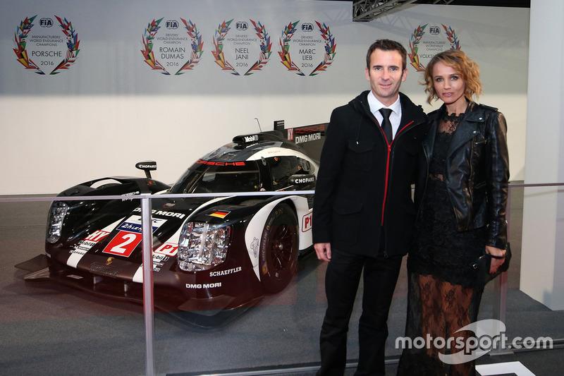 Le champion du monde WEC Romain Dumas, Porsche Team et sa femme Elysia