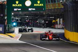 Kimi Raikkonen, Ferrari SF70H, suivi par Lewis Hamilton, Mercedes AMG F1 W08
