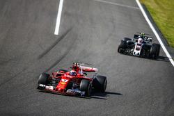 Кими Райкконен, Ferrari SF70H, и Кевин Магнуссен, Haas F1 Team VF-17