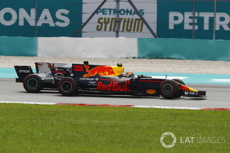 Max Verstappen, Red Bull Racing RB13, supera Lewis Hamilton, Mercedes F1 W08