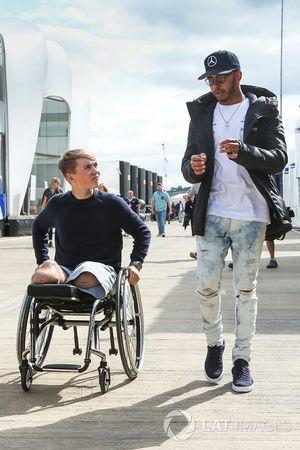 Lewis Hamilton, Mercedes AMG F1, con el piloto Billy Monger