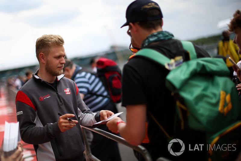 Кевін Магнуссен, Haas F1 Team, роздає автографи