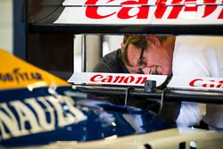 Dickie Stanford examine l'arrière d'une Wiliams Renault