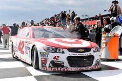 Kyle Larson, Chip Ganassi Racing Chevrolet celebrates in Victory Lane