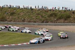 Start van de race, #77 Callaway Competition, Corvette C7 GT3-R: Jules Gounon, Renger van der Zande a