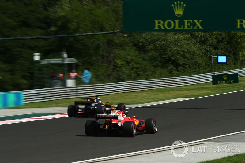 Jolyon Palmer, Renault Sport F1 Team RS17, Sebastian Vettel, Ferrari SF70-H and bue flags