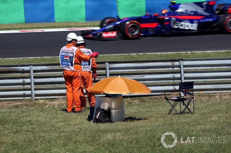 Oficiales observan a Carlos Sainz Jr., Scuderia Toro Rosso STR12