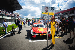 La grid girl di Augusto Farfus, BMW Team RMG, BMW M4 DTM
