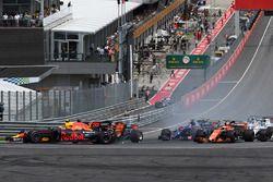 Max Verstappen, Red Bull Racing RB13 betrokken bij ongeluk bij de start