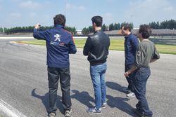 Stefano Accorsi e Massimo Arduini ispezionano il circuito di Adria