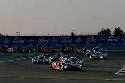 Старт гонки. Лидирует экипаж #8 Audi Sport Team Joest Audi R18: Лукас ди Грасси, Лоик Дюваль, Оливер