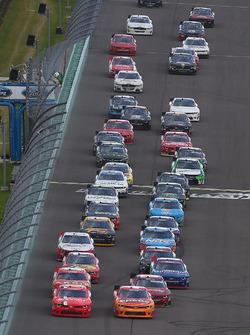 Джастин Алгайер, JR Motorsports Chevrolet и Кайл Ларсон, Chip Ganassi Racing Chevrolet лидируют на р